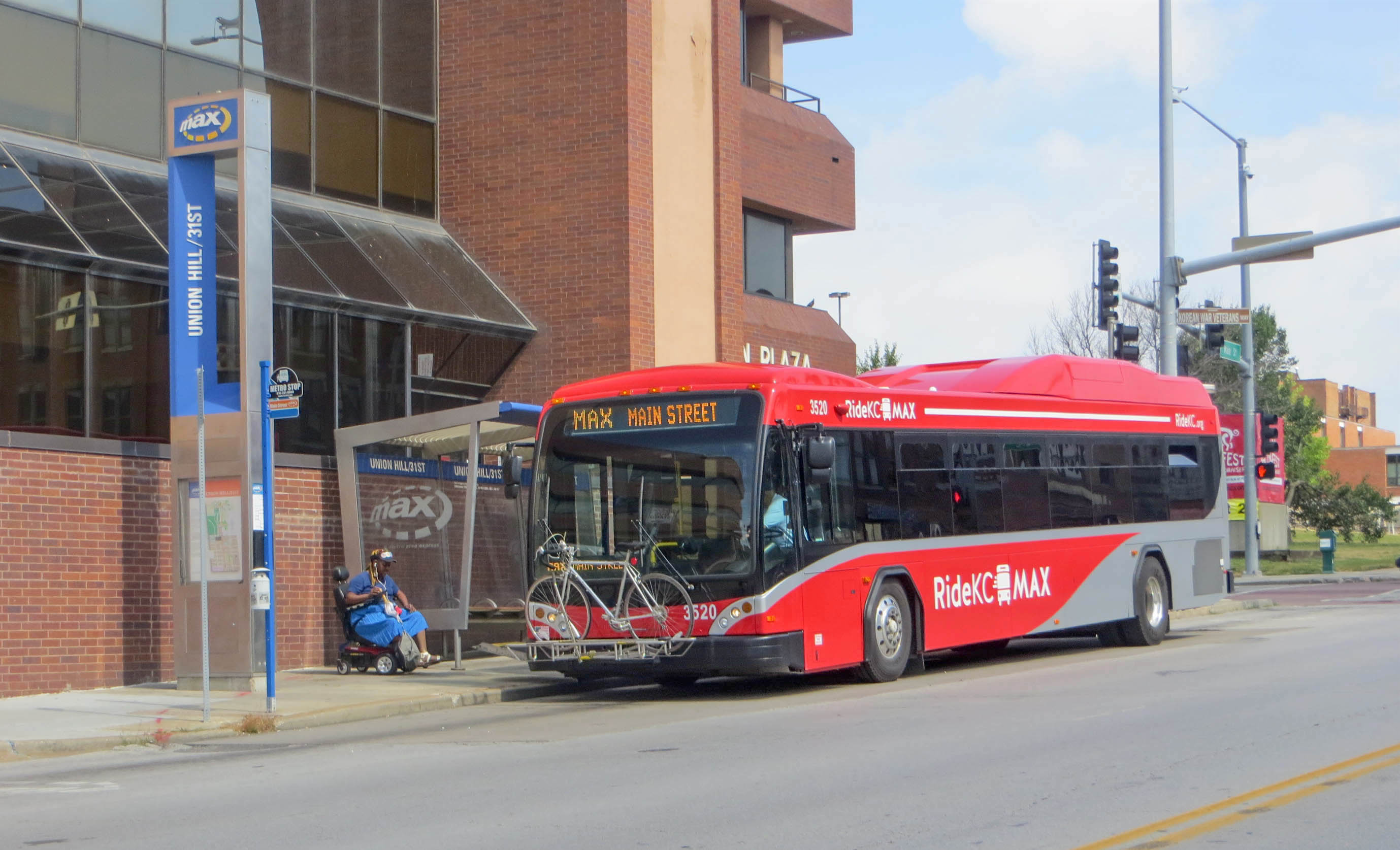KCATA_Gillig_BRT_bus_on_Main_St_at_MAX_line's_Union_Hill-31st_stop_(2016)